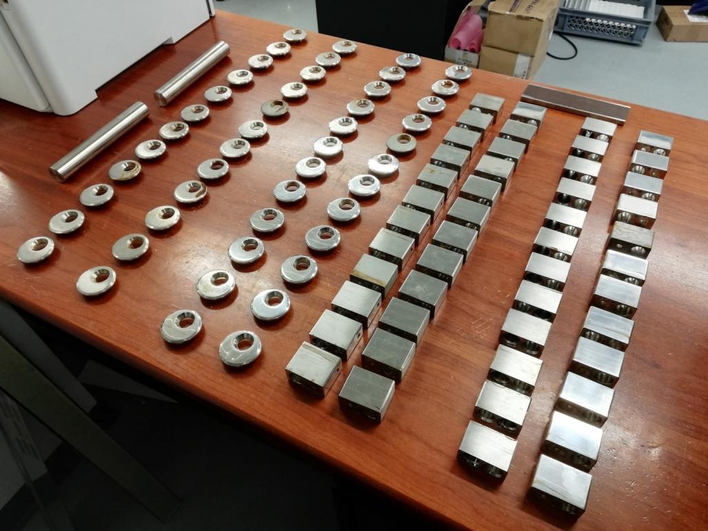 Protikorozijska zaščita ročajev_Test v slani komori je standardizirana metoda za oceno galvanskih prevlek in različnih protikorozijskih zaščit. S tem načinom ugotavljamo odpornost kovinskih materialov proti koroziji.