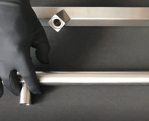 Prilagodljiva razdalja med nosilci ročajev-Adjustable distance between pull handle mounts-Griffing